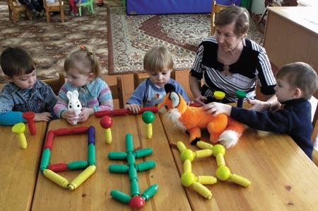 Дети и магнитный конструктор в детском саду